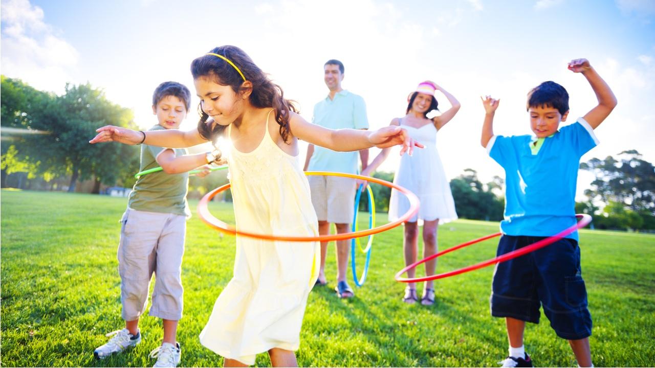 familia jugando en el parque