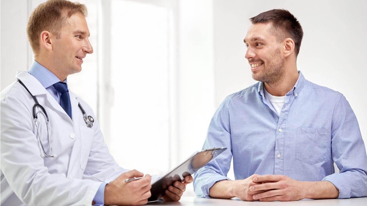 doctor trabaja con su paciente