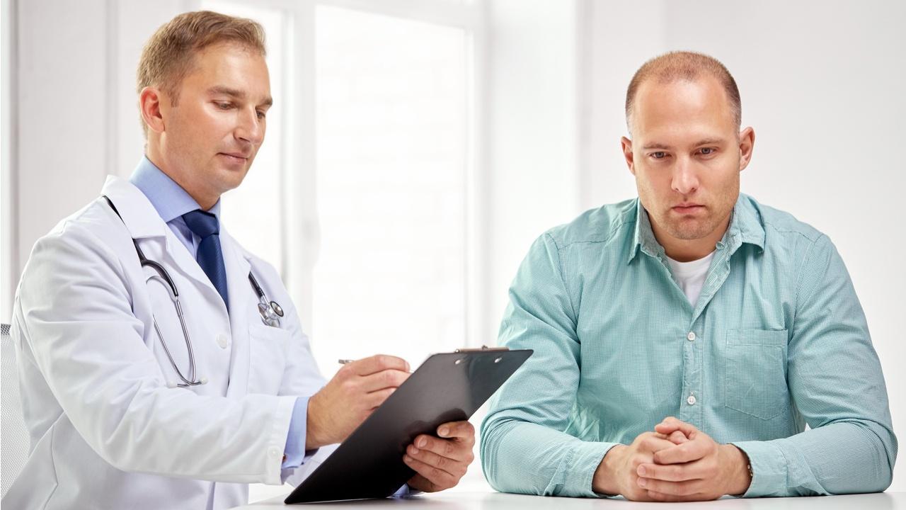 doctor y paciente preocupados