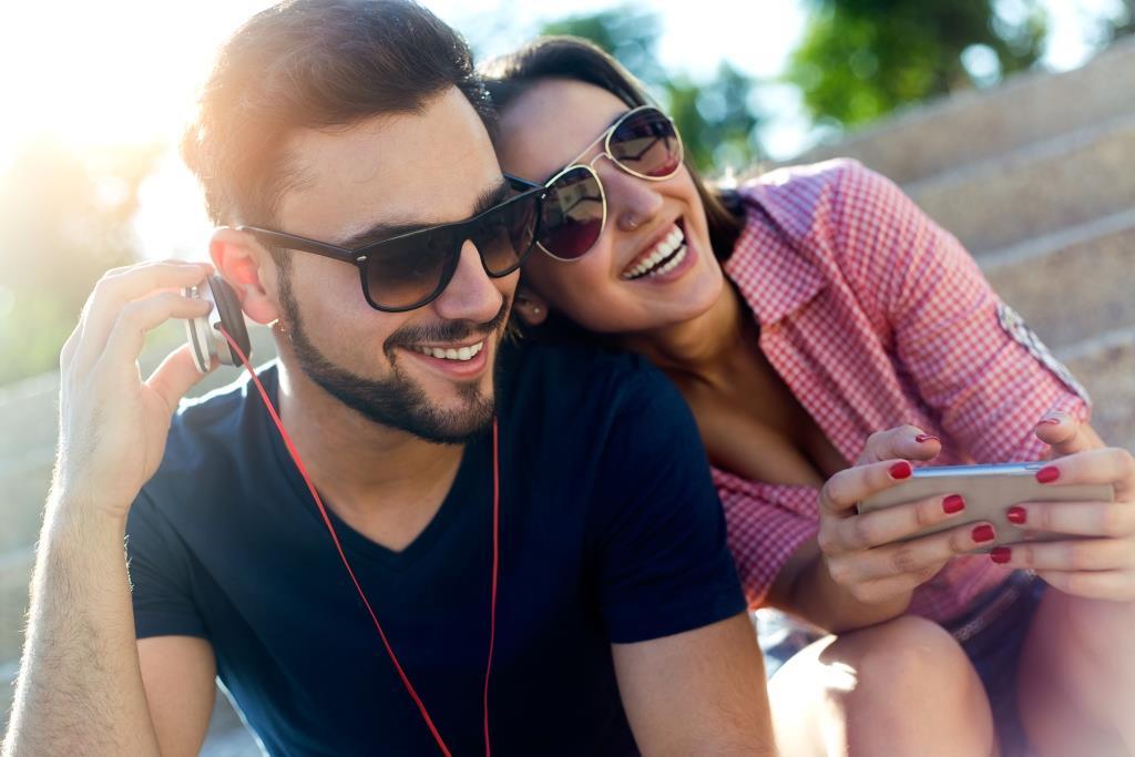 pareja de jovenes en la calle