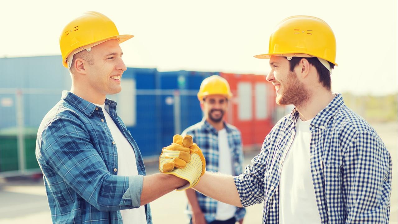 dos hombres se dan la mano en el trabajo