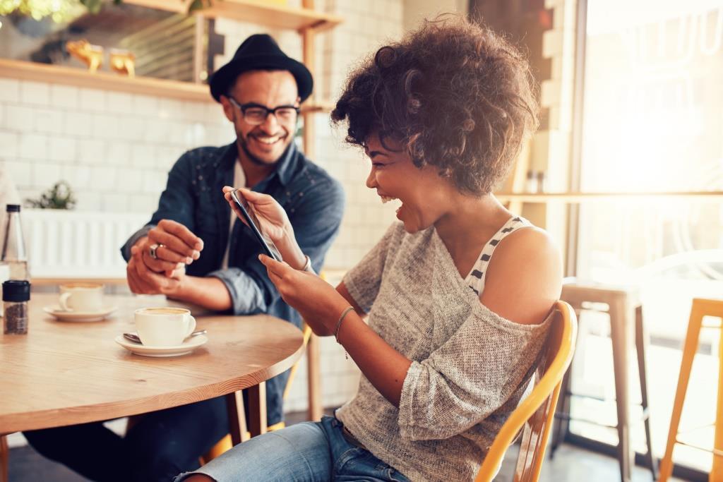 pareja riendo en cafeteria