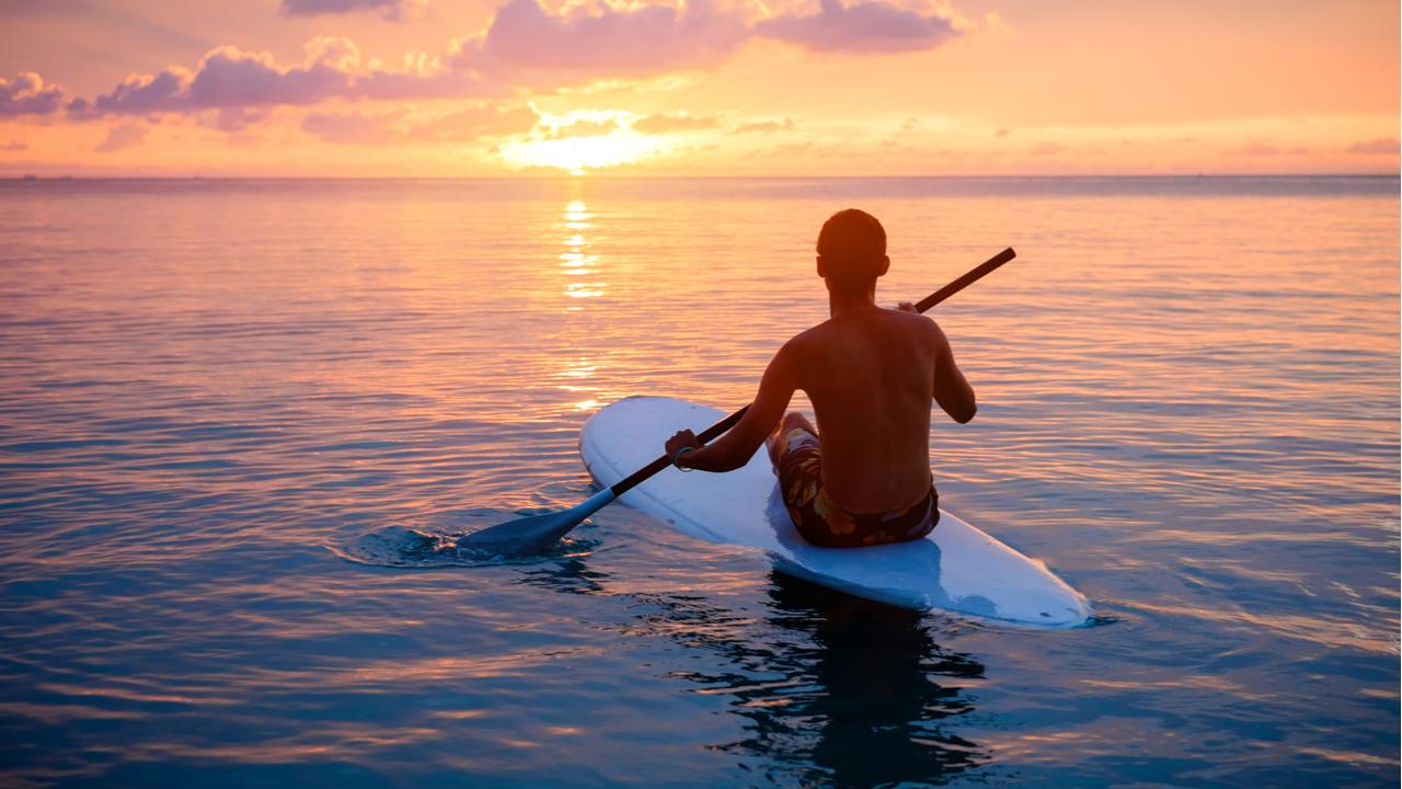 hombre hace surf en el sunset