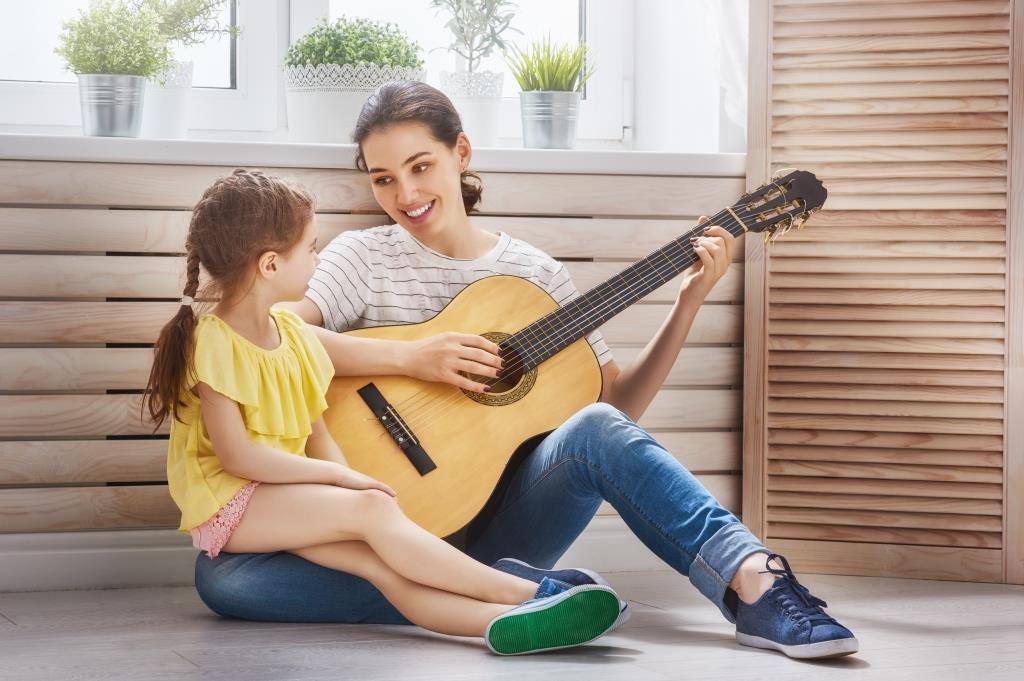 madre e hija tocando guitarra