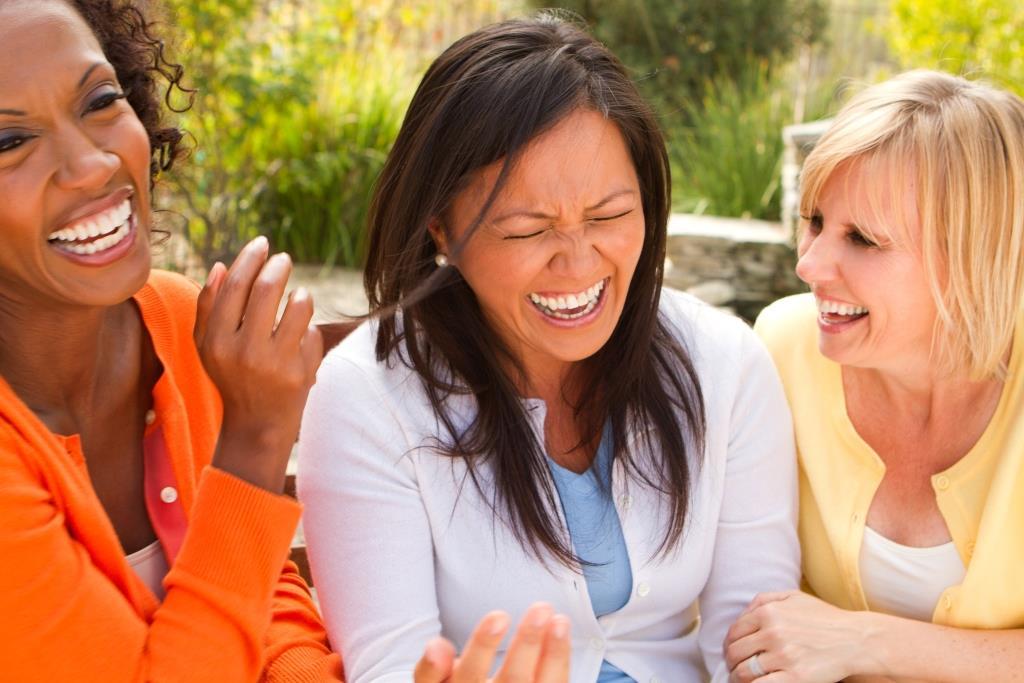 grupo de mujeres riéndose