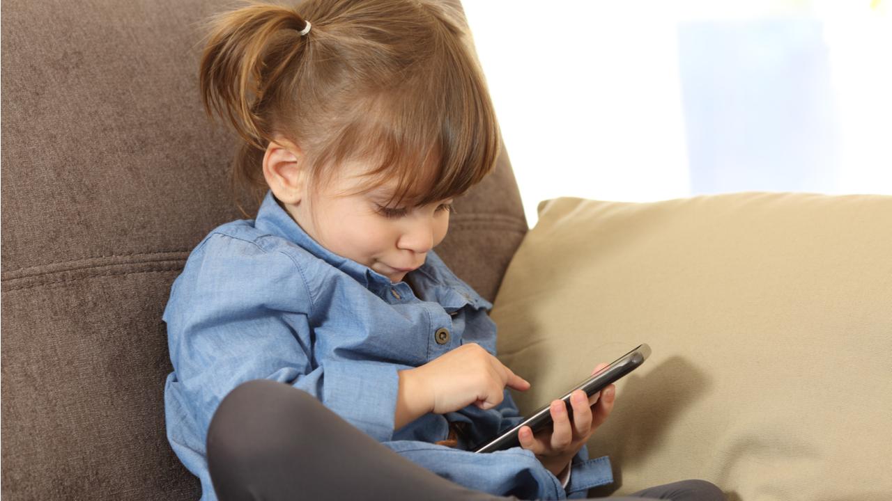 niña utilizando el celular