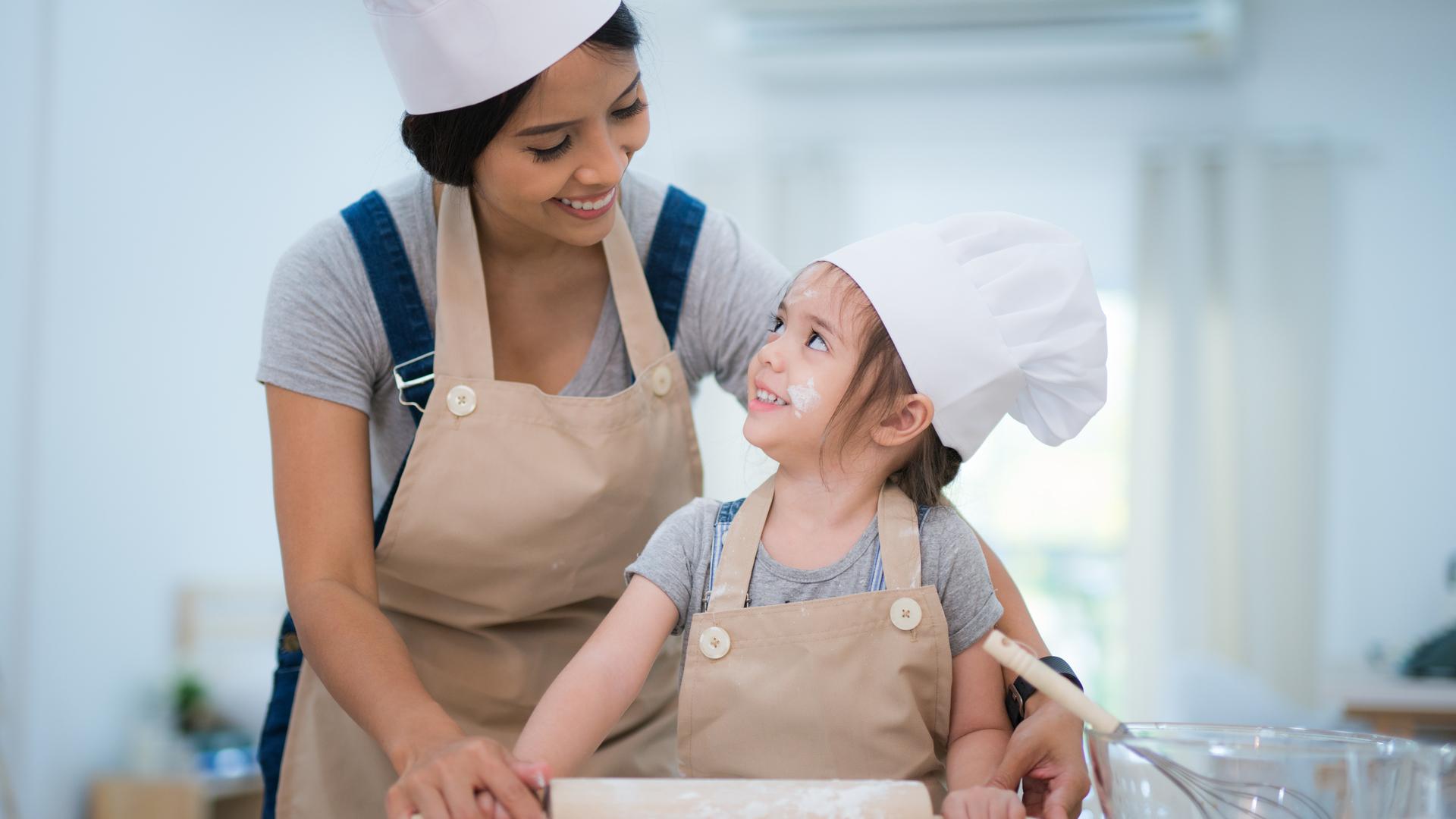 mama e hija amasando pan
