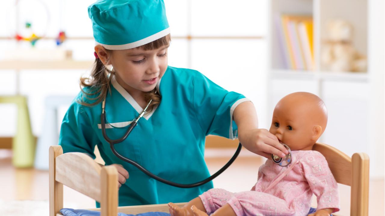 nina-jugando-a-la-doctora