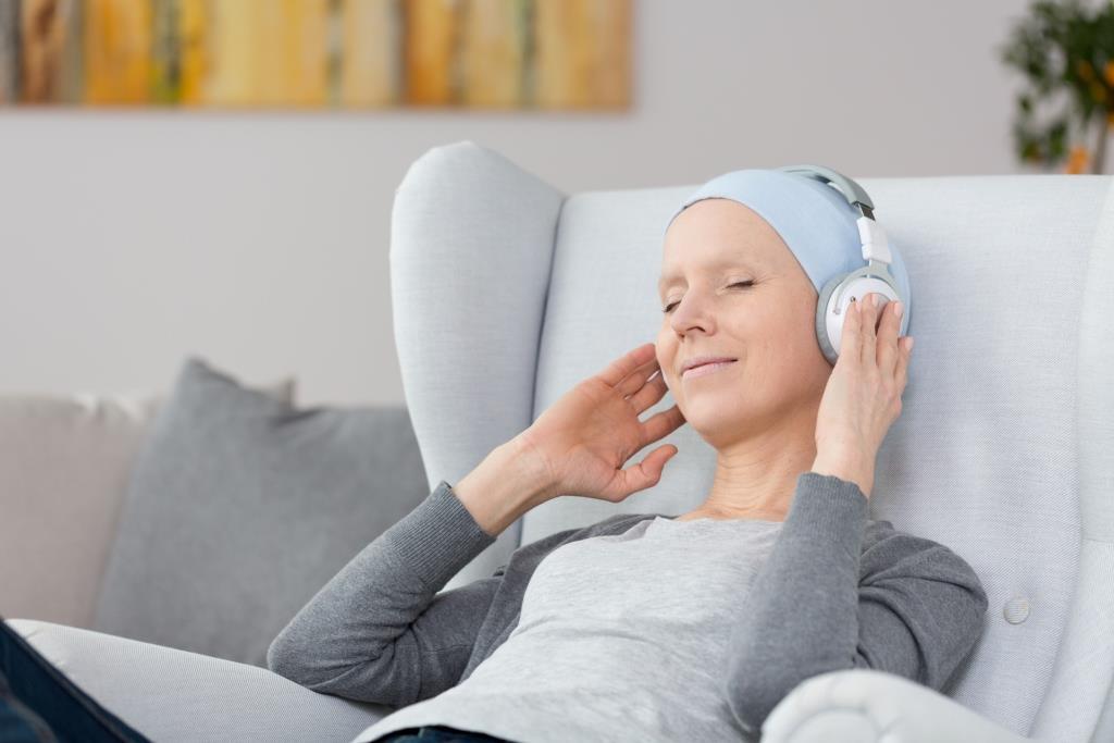 mujer escuchando música en la sala