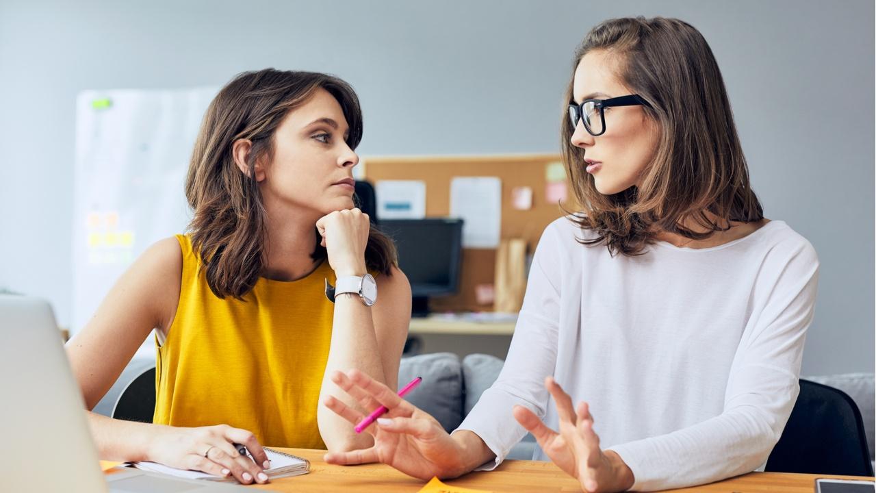 dos mujeres hablando serias