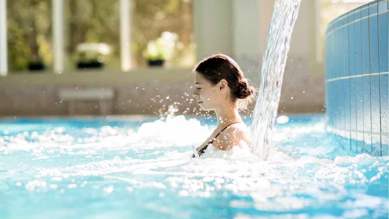 mujer joven se relaja en piscina