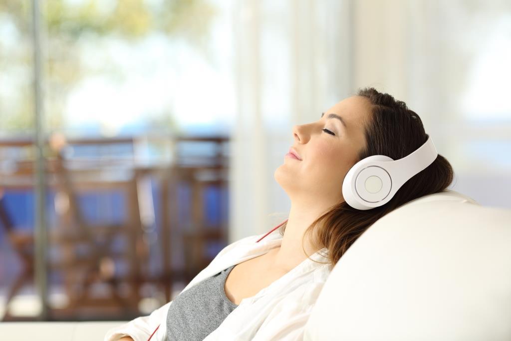 joven escuchando música para relajarse