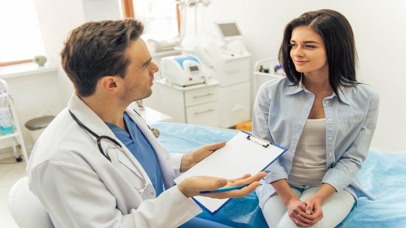 mujer conversando con doctor