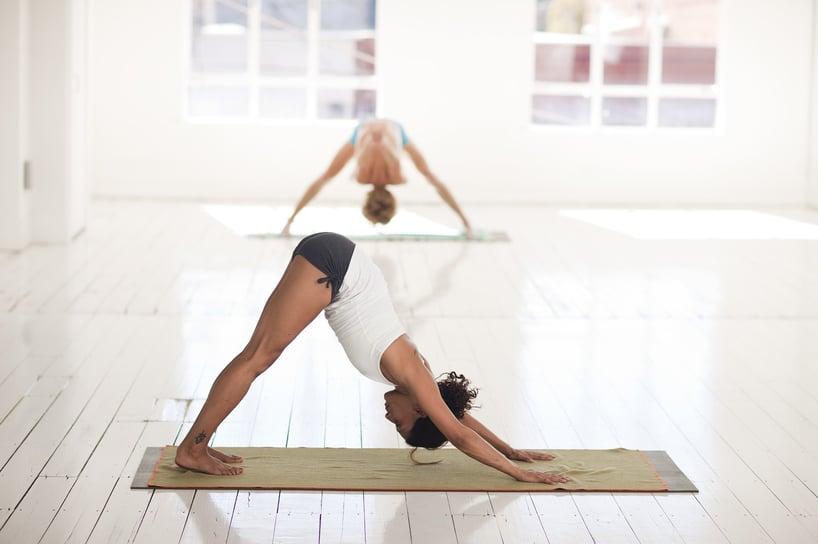 estiramiento de yoga para mejorar el tránsito intestinal