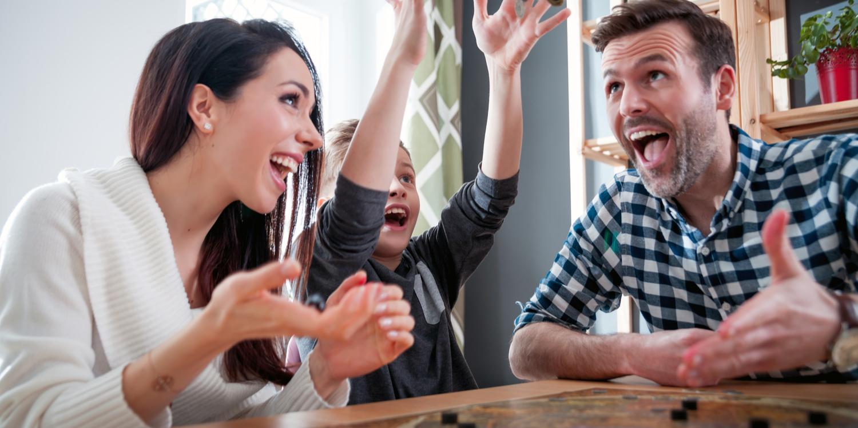 Descubre los beneficios de jugar juegos de mesa con tus hijos