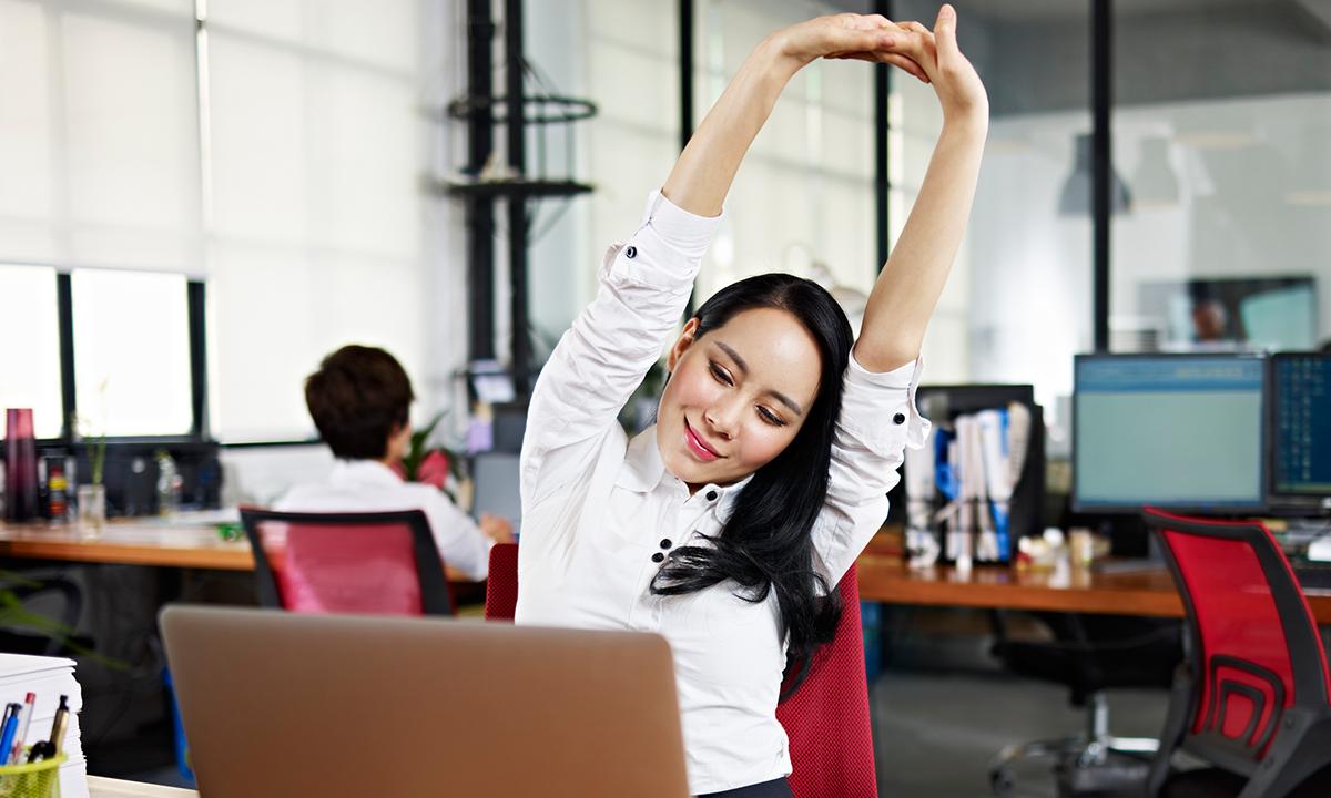 ¿Llevas una vida sedentaria? 6 ejercicios sencillos para hacer en la oficina
