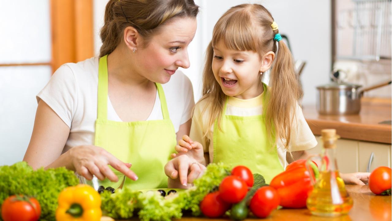 ¿Cómo pueden las familias llevar una rutina de alimentación más saludable?
