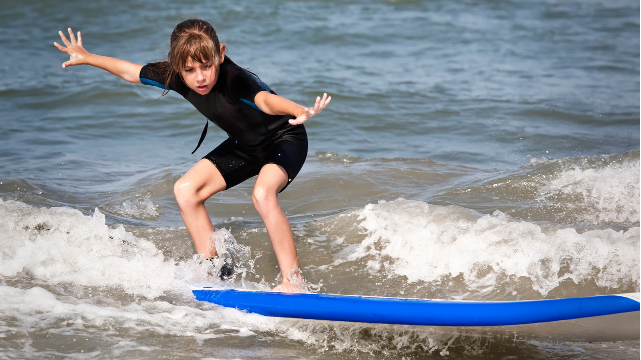 5 razones por las que tus hijos deberían aprender a surfear