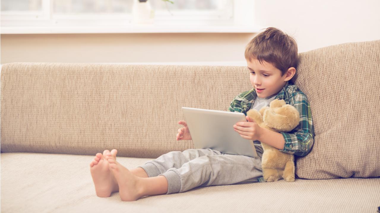 ¿Cuánto tiempo debe pasar un niño frente a una pantalla? Tres actividades para dejar el celular